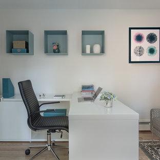 Idee per un ufficio design di medie dimensioni con pareti bianche, parquet chiaro, nessun camino e scrivania incassata