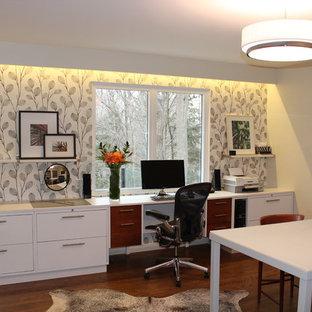 トロントの中くらいのミッドセンチュリースタイルのおしゃれなアトリエ・スタジオ (白い壁、無垢フローリング、造り付け机、暖炉なし) の写真