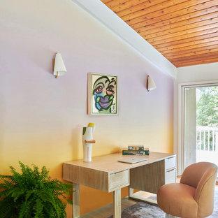 Idee per un ufficio minimalista con pareti multicolore, parquet chiaro, nessun camino e scrivania autoportante