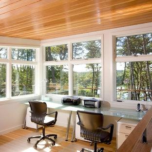 Imagen de despacho vintage con paredes blancas, suelo de madera en tonos medios y escritorio independiente