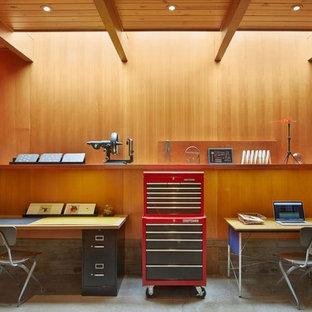 Imagen de estudio vintage, pequeño, con suelo de cemento y escritorio independiente
