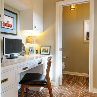 ロサンゼルスの小さいアジアンスタイルのおしゃれなホームオフィス・仕事部屋 (ベージュの壁、レンガの床、造り付け机) の写真