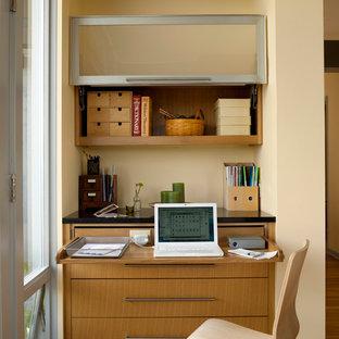Идея дизайна: кабинет среднего размера в стиле ретро с встроенным рабочим столом, бежевыми стенами и паркетным полом среднего тона без камина