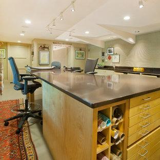 Geräumiges Modernes Nähzimmer ohne Kamin mit beiger Wandfarbe, Linoleum und freistehendem Schreibtisch in Omaha
