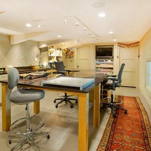 オマハの巨大なコンテンポラリースタイルのおしゃれなクラフトルーム (ベージュの壁、リノリウムの床、暖炉なし、自立型机) の写真