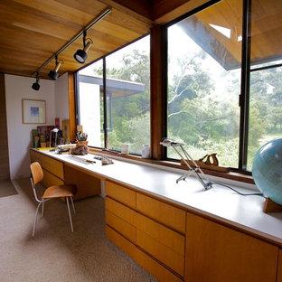 Imagen de sala de manualidades vintage, de tamaño medio, con paredes blancas, estufa de leña y escritorio empotrado