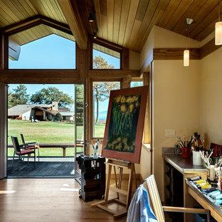 Foto de estudio vintage con paredes amarillas y suelo de madera en tonos medios