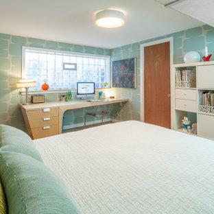 デトロイトの中くらいのミッドセンチュリースタイルのおしゃれなアトリエ・スタジオ (青い壁、コルクフローリング、自立型机、茶色い床、壁紙) の写真