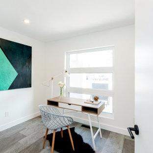 他の地域の中くらいのミッドセンチュリースタイルのおしゃれなホームオフィス・書斎 (白い壁、クッションフロア、自立型机、グレーの床) の写真