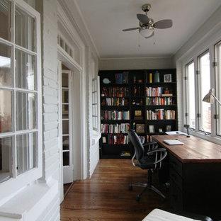 Esempio di un ufficio stile americano di medie dimensioni con pareti bianche, pavimento in legno massello medio e scrivania autoportante