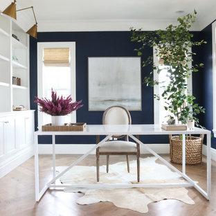 Maritimes Arbeitszimmer mit Arbeitsplatz, blauer Wandfarbe, braunem Holzboden und freistehendem Schreibtisch in Salt Lake City