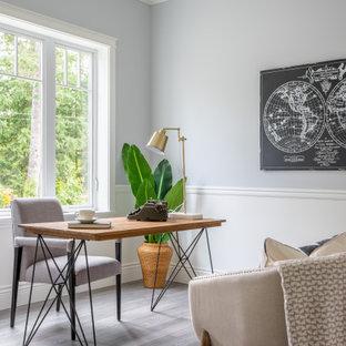 Пример оригинального дизайна: кабинет в стиле современная классика с серыми стенами, темным паркетным полом, отдельно стоящим рабочим столом, коричневым полом и панелями на стенах