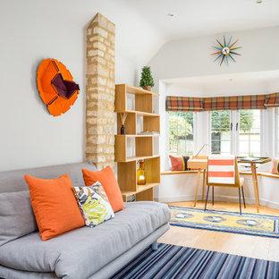 Пример оригинального дизайна: кабинет среднего размера в современном стиле с белыми стенами, паркетным полом среднего тона, отдельно стоящим рабочим столом и желтым полом