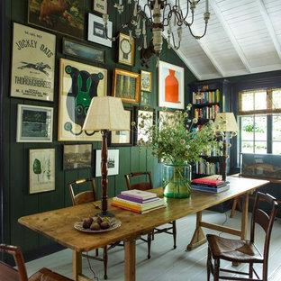 Foto de despacho bohemio, de tamaño medio, con paredes verdes, suelo de madera pintada y escritorio independiente