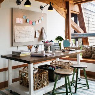 Idee per un atelier contemporaneo con pareti bianche e scrivania autoportante