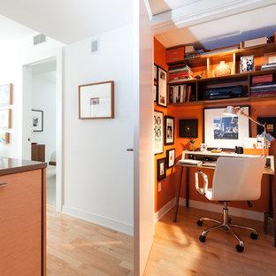 サンフランシスコの小さいコンテンポラリースタイルのおしゃれな書斎 (オレンジの壁、淡色無垢フローリング、自立型机) の写真