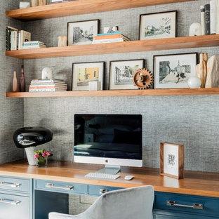 Свежая идея для дизайна: маленькое рабочее место в стиле современная классика с серыми стенами, встроенным рабочим столом, паркетным полом среднего тона и коричневым полом без камина - отличное фото интерьера