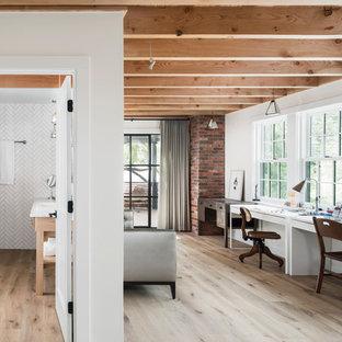Exemple d'un bureau nature avec un mur blanc, un sol en bois clair, un bureau indépendant et un sol beige.