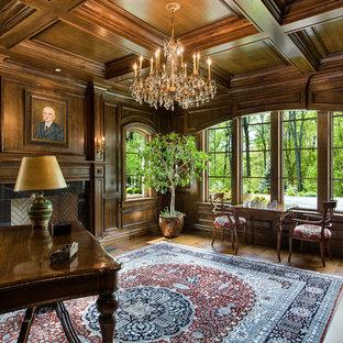Idee per un ampio ufficio chic con pareti marroni, parquet scuro, camino classico, cornice del camino in pietra, scrivania autoportante e pavimento marrone