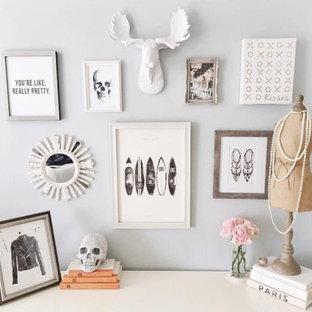 Idée de décoration pour un petit bureau style shabby chic avec un mur blanc.