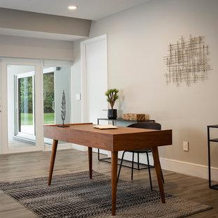 マイアミの中サイズのミッドセンチュリースタイルのおしゃれなアトリエ・スタジオ (グレーの壁、磁器タイルの床、暖炉なし、自立型机、グレーの床) の写真