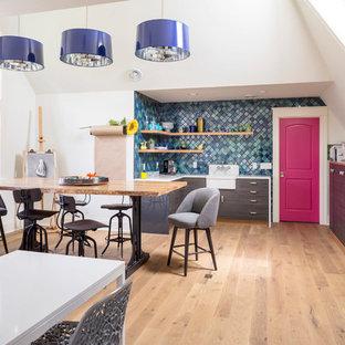 Ispirazione per una stanza da lavoro minimal con pareti bianche, parquet chiaro e scrivania autoportante