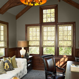 ミネアポリスのヴィクトリアン調のおしゃれなホームオフィス・書斎 (グレーの壁、自立型机) の写真