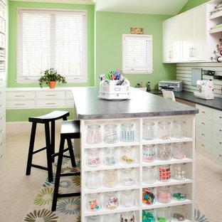 オレンジカウンティの広いトラディショナルスタイルのおしゃれなクラフトルーム (緑の壁、カーペット敷き、暖炉なし、造り付け机、白い床) の写真