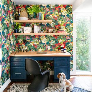 Esempio di un ufficio costiero di medie dimensioni con pareti multicolore, pavimento in legno massello medio, scrivania incassata e pavimento marrone