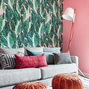 Свежая идея для дизайна: маленький кабинет в стиле фьюжн с розовыми стенами, светлым паркетным полом и отдельно стоящим рабочим столом - отличное фото интерьера