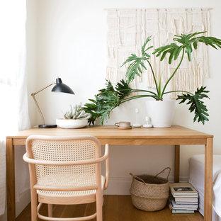 Неиссякаемый источник вдохновения для домашнего уюта: кабинет в скандинавском стиле с белыми стенами, светлым паркетным полом и отдельно стоящим рабочим столом без камина