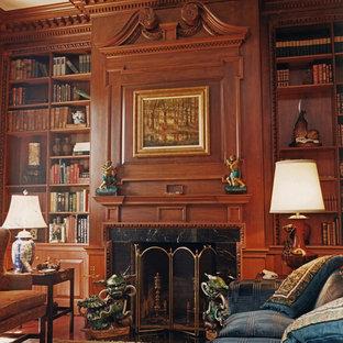Immagine di uno studio tradizionale con camino classico, libreria, pareti marroni, parquet scuro, cornice del camino in legno e pavimento marrone