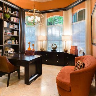 Aménagement d'un bureau classique de type studio avec un mur orange, un sol en travertin et un bureau intégré.