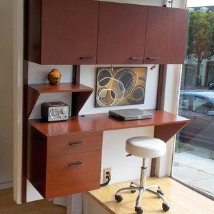 サンフランシスコのミッドセンチュリースタイルのおしゃれなアトリエ・スタジオ (白い壁、淡色無垢フローリング、暖炉なし、造り付け机) の写真
