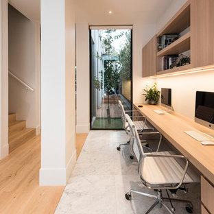 メルボルンの中くらいのコンテンポラリースタイルのおしゃれなホームオフィス・書斎 (白い壁、造り付け机、白い床) の写真