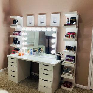 Exempel på ett litet modernt hemmastudio, med rosa väggar, heltäckningsmatta, ett fristående skrivbord och beiget golv