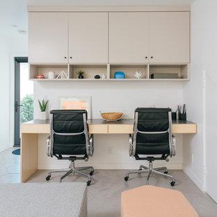 Diseño de despacho vintage, pequeño, con paredes blancas, suelo de baldosas de porcelana, escritorio empotrado y suelo gris