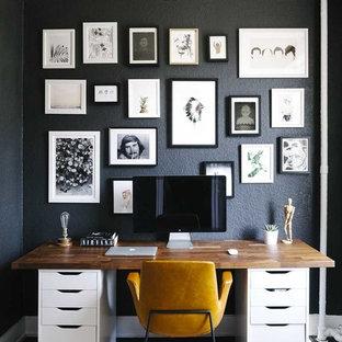 Cette photo montre un bureau scandinave de taille moyenne avec un mur noir et un bureau indépendant.