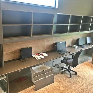 Esempio di un grande ufficio minimalista con pareti marroni, moquette, scrivania incassata e pavimento beige