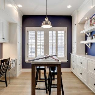 Idéer för ett klassiskt hobbyrum, med blå väggar