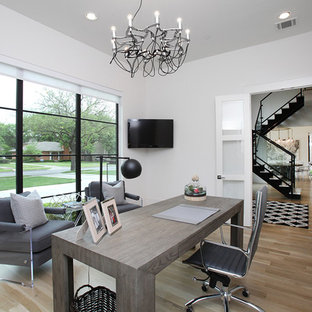 Immagine di un grande ufficio minimalista con pareti bianche, parquet chiaro, nessun camino, scrivania autoportante e pavimento beige
