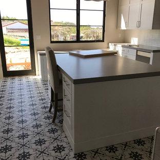 Imagen de sala de manualidades minimalista, de tamaño medio, sin chimenea, con paredes blancas, tatami, escritorio independiente y suelo multicolor