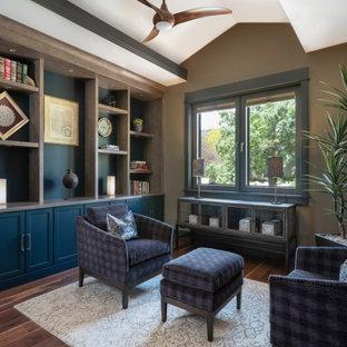Immagine di uno studio stile americano di medie dimensioni con libreria, pareti multicolore, pavimento in legno massello medio e pavimento marrone