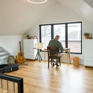 インディアナポリスの中くらいの北欧スタイルのおしゃれな書斎 (白い壁、自立型机、竹フローリング、ベージュの床) の写真
