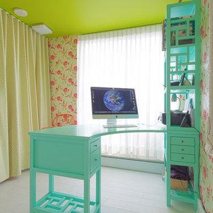 バンクーバーの中サイズのトランジショナルスタイルのおしゃれな書斎 (淡色無垢フローリング、暖炉なし、造り付け机) の写真