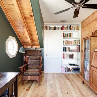 オースティンのエクレクティックスタイルのおしゃれなホームオフィス・書斎 (緑の壁、淡色無垢フローリング、自立型机) の写真