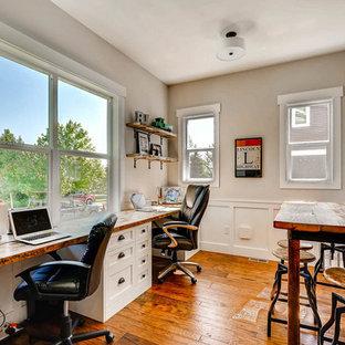 デンバーの小さいカントリー風おしゃれなホームオフィス・書斎 (グレーの壁、無垢フローリング、造り付け机、茶色い床) の写真