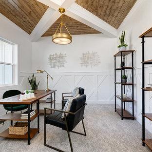Inredning av ett lantligt mellanstort arbetsrum, med vita väggar, heltäckningsmatta, ett fristående skrivbord och grått golv