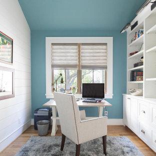 ヒューストンの広いカントリー風おしゃれなホームオフィス・書斎 (青い壁、淡色無垢フローリング、暖炉なし、自立型机、ベージュの床) の写真