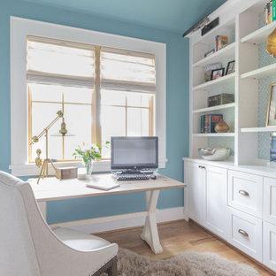 Idéer för att renovera ett stort lantligt arbetsrum, med blå väggar, ljust trägolv, ett fristående skrivbord och beiget golv
